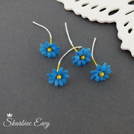 kwiatuszki kwiatki z foarmiranu niebieskie stokrotki do biżuterii niebieskie