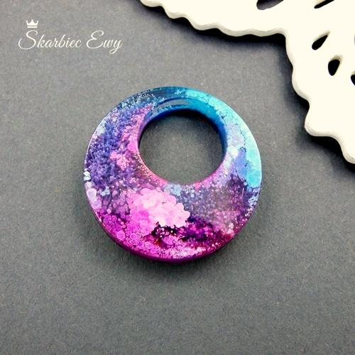 kaboszon handmade z żywicy robiony kolorowy okrągły